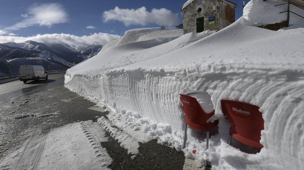 .Dos silla encajadas en un muro de nieve en Pajares