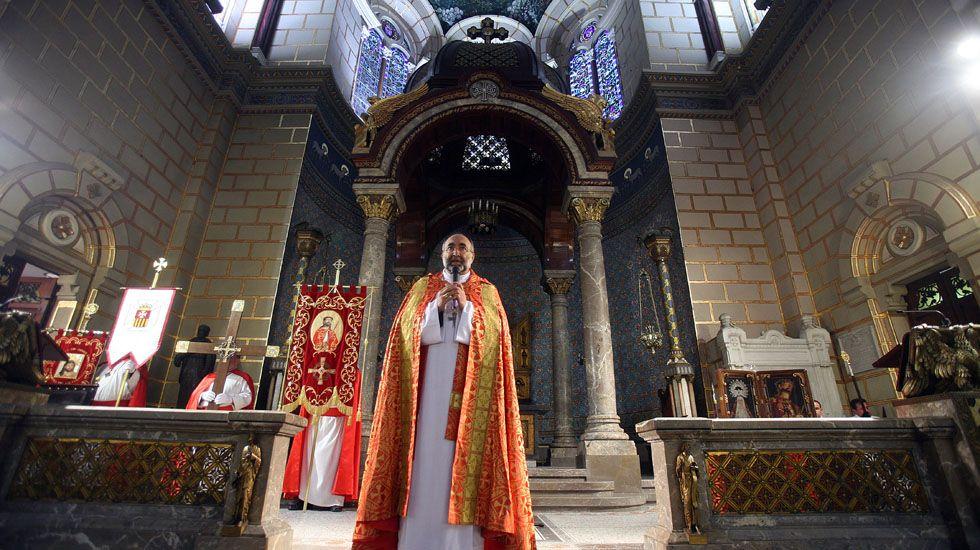 Una alumna más en el Baudilio Arce.El arzobispo de Oviedo, Jesús Sanz Montes