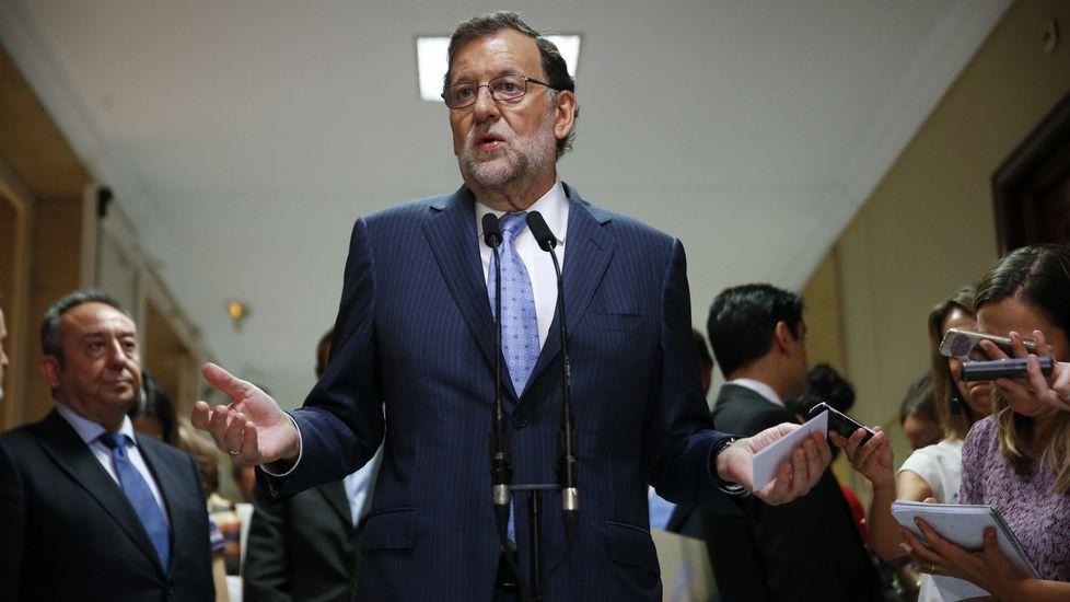 Rajoy quiere un gobierno estable y lo quiere ya. El presidente de la Junta de Comunidades de Castilla-La Mancha, Emiliano García-Page (i), y portavoz del PSOE en el Congreso, Antonio Hernando.
