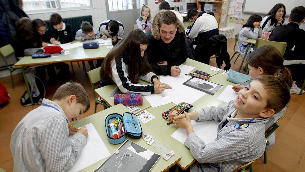 Los de ESO enseñan a los de 2º de primaria. Los mayores se sienten admirados y los pequeños se ven importantes