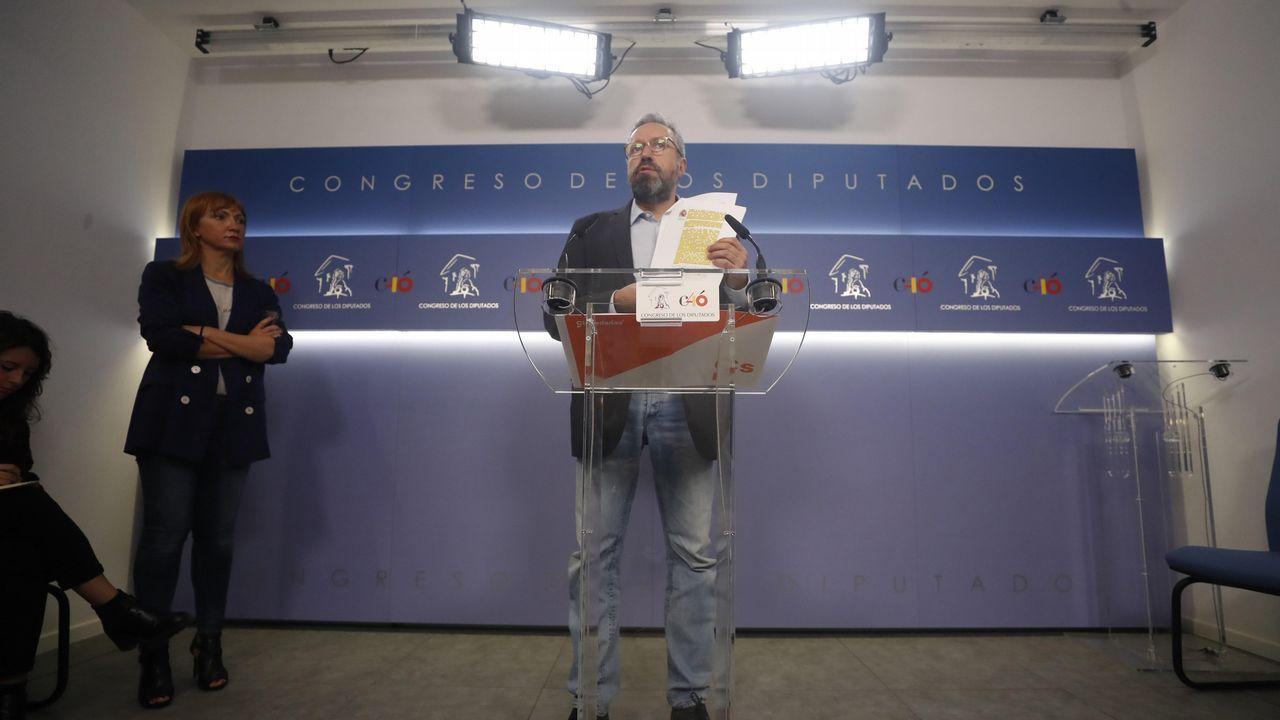 Rajoy: «Ha llegado el momento de poner el punto final».Saludo de Mariano Rajoy tras llegar al Congreso, donde se debatió la moción de censura contra su Gobierno