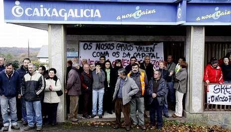 Los manifestantes portaban pancartas en contra del cierre de la oficina de Río.