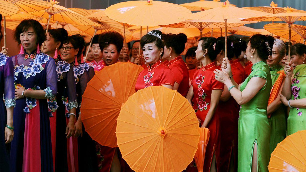 Artistas intérpretes esperan para actuar en una exposición de la industria cultural en Kunming, provincia de Yunnan, China