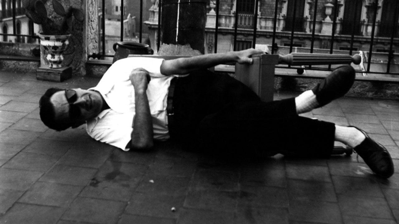 Pablo Junceda.Joan Brossa tumbado en una silla, en los años 50