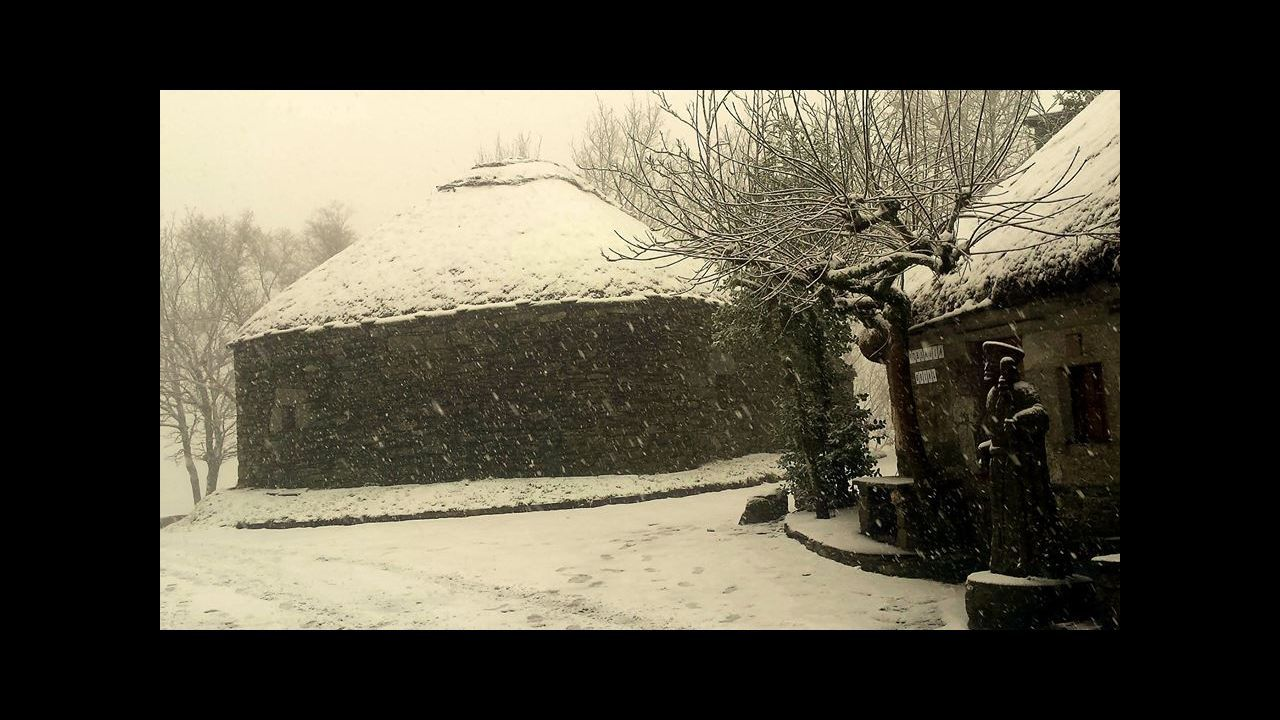 A Fonsagrada amaneció nevada.Imagen de una de las cabañas construidas sin permiso del dueño