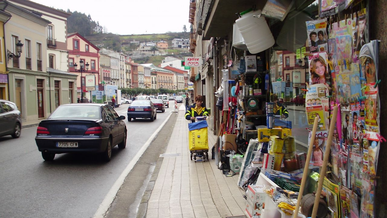Rescate en el pedrero.Ruta, situada en Austria, da rede EuroVelo. Á esquerda dos ciclistas pódese ver un dos sinais verdes característicos destes traxectos