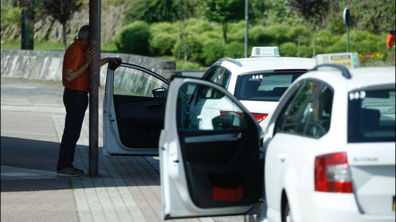 .Taxistas con las puertas abiertas en Santiago de Compostela