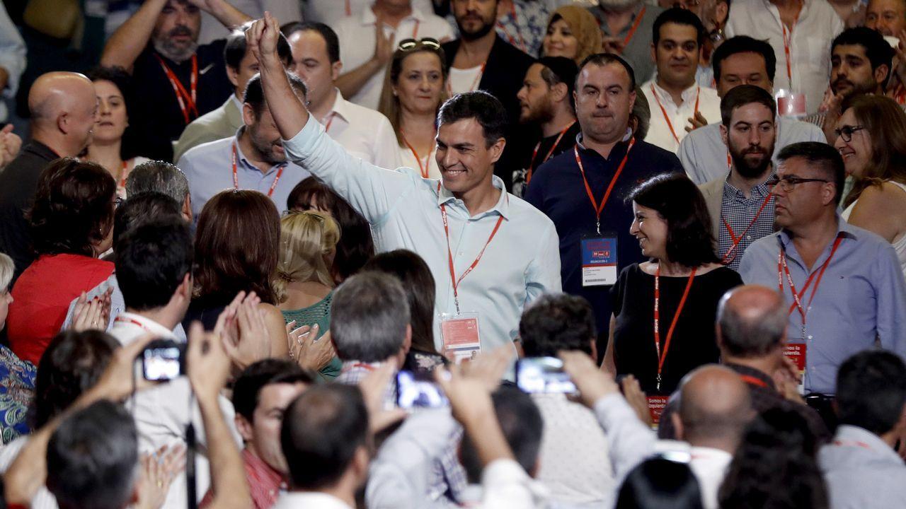 Pedro Sánchez es aclamado a su llegada al Congreso
