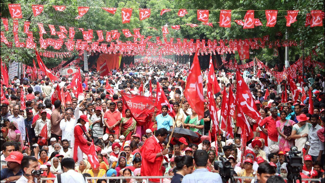 .Varios trabajadores y granjeros participan en una manifestación en Nueva Delhi, India