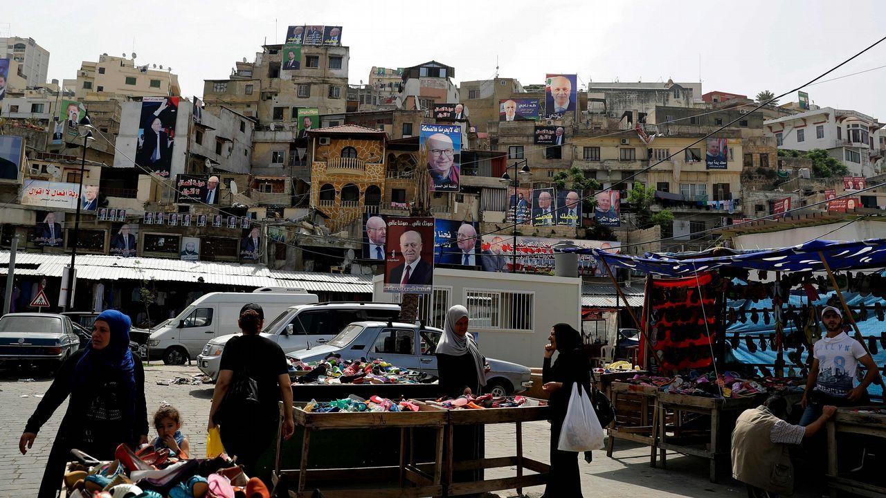.Los carteles de los candidatos a las legislativas cuelgan de las fachadas de un barrio de Trípoli