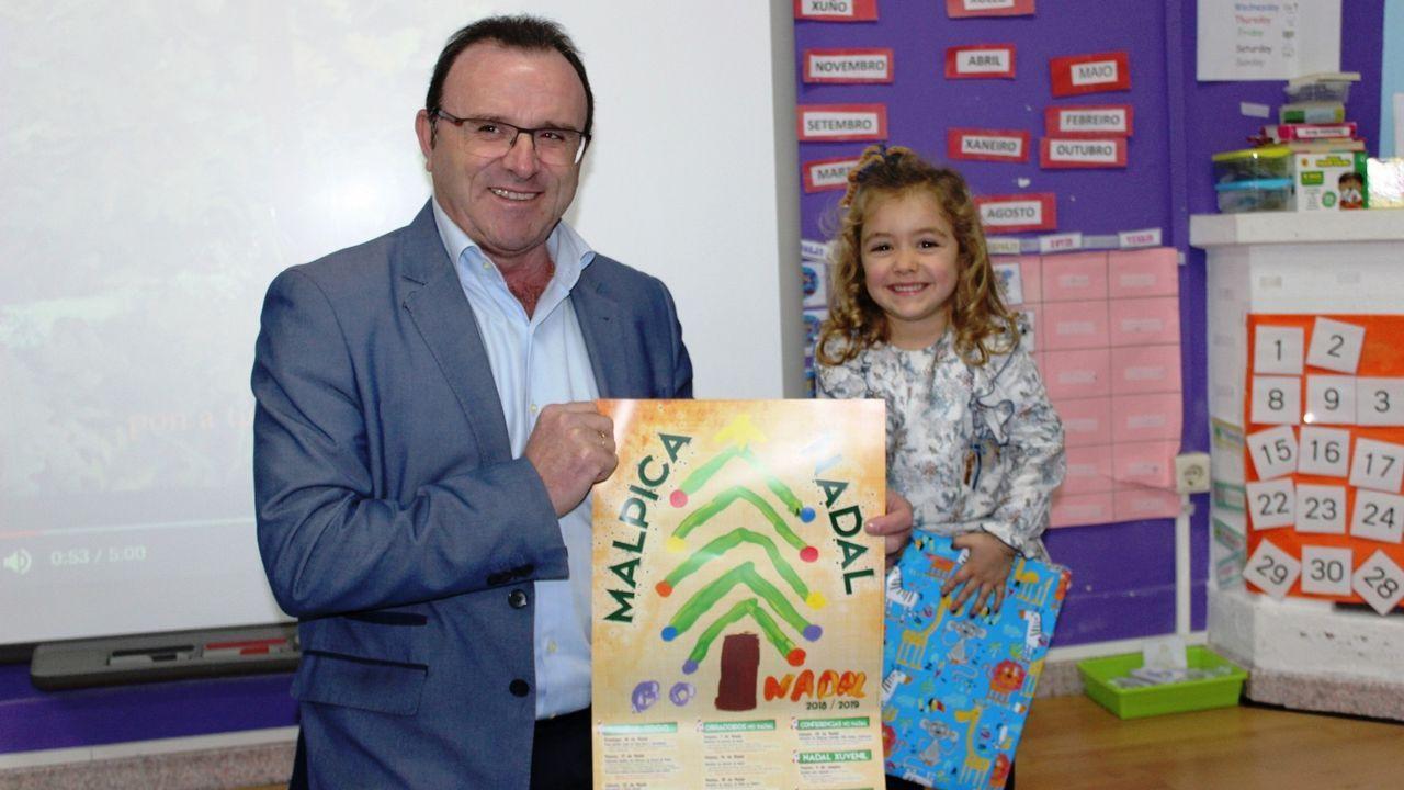 Feijoo acudió a la presentación de Aurelio Núñez como candidato del PP de Carballo.El alcalde de Malpica, Eduardo Parga, con la ganadora del concurso del cartel de Navidad
