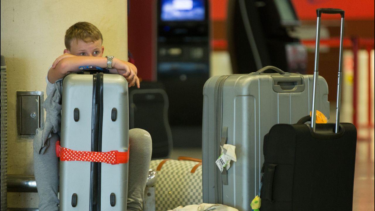 Los mostradores de la aerolínea Ryanair presentaban este aspecto esta mañana en la Terminal 2 del aeropuerto del Prat Barcelona durante la huelga de pilotos de la compañía irlandesa «low cost» convocada para el dia de hoy y que dejará en tierra a mas de 14.000 pasajeros con origen o destino en España