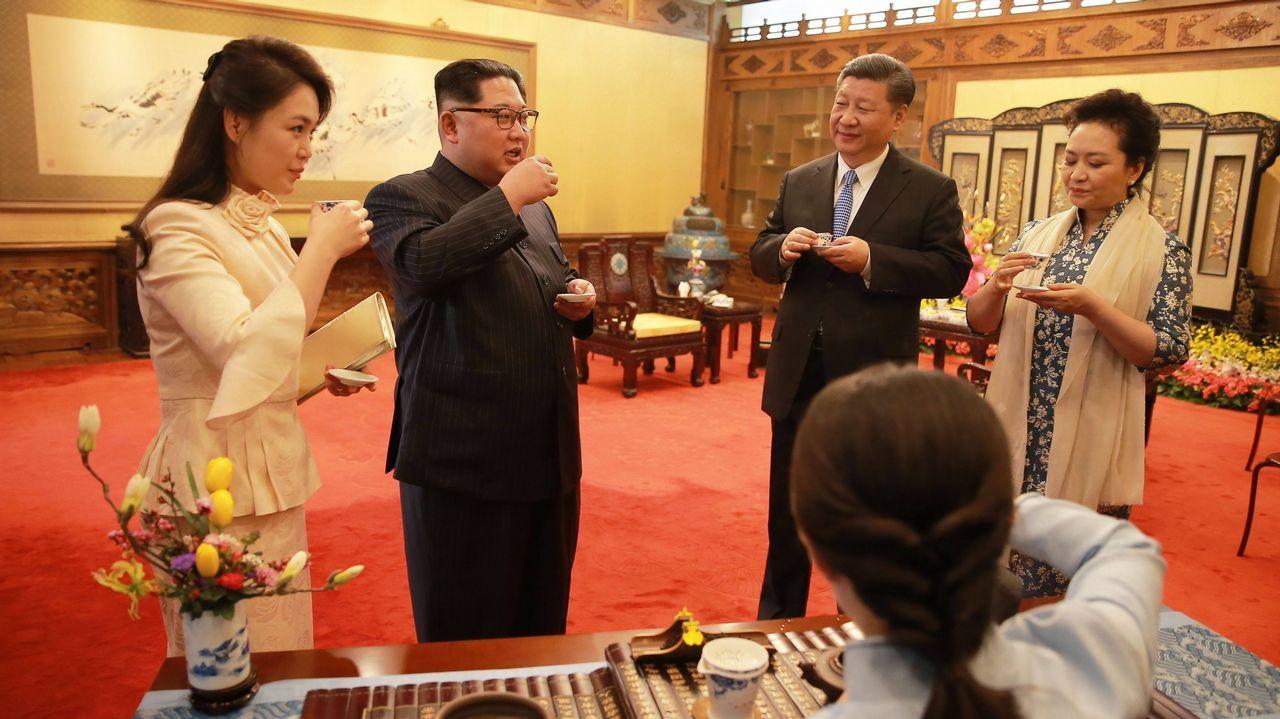 Corea del Norte anuncia que suspende sus pruebas nucleares.Un oficinal surcoreano prueba el funcionamiento de la línea telefónica directa entre las dos Coreas