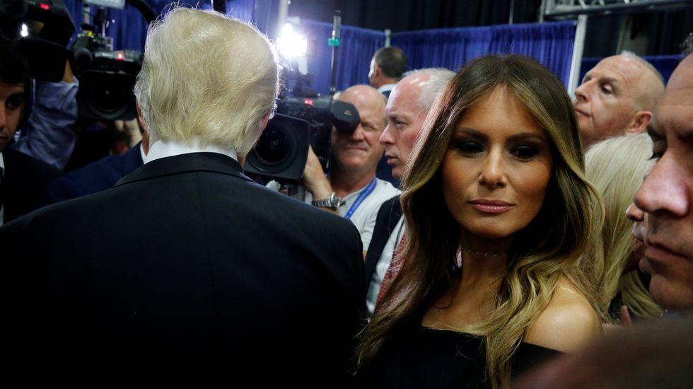 El expresidente estadounidense, y pareja de la candidata demócrata, Bill Clinton, saluda a Melania Trump, esposa del aspirante republicano a la Casa Blanca.