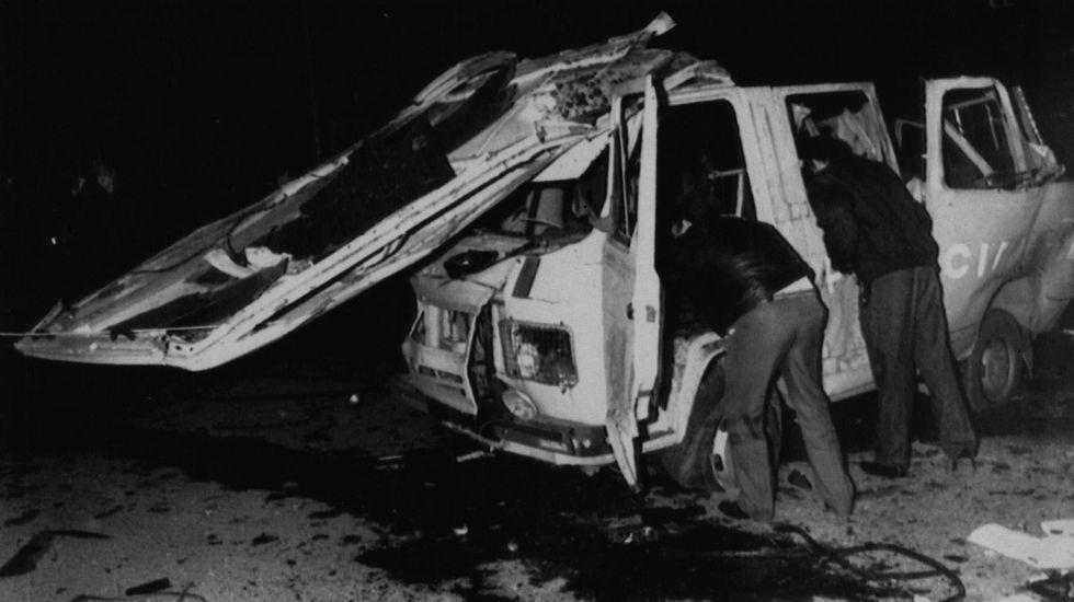 Así quedó la furgoneta de la Policía Nacional al estallar a su paso un coche bomba en Santander.