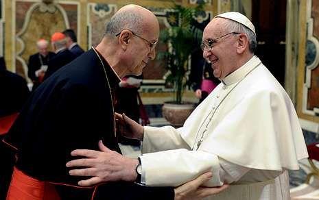 El papa se mostró muy cariñoso con Bertone en la recepción a los cardenales.