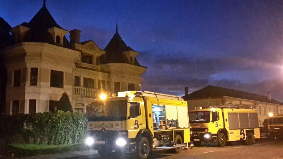 .Camiones de bomberos ante la vivienda incendiada en Navia