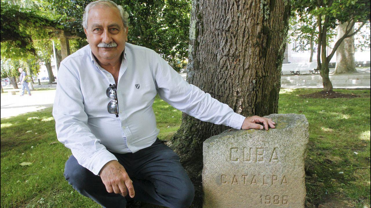 Tomás Blanco, del comité organizador, con el monolito de Cuba