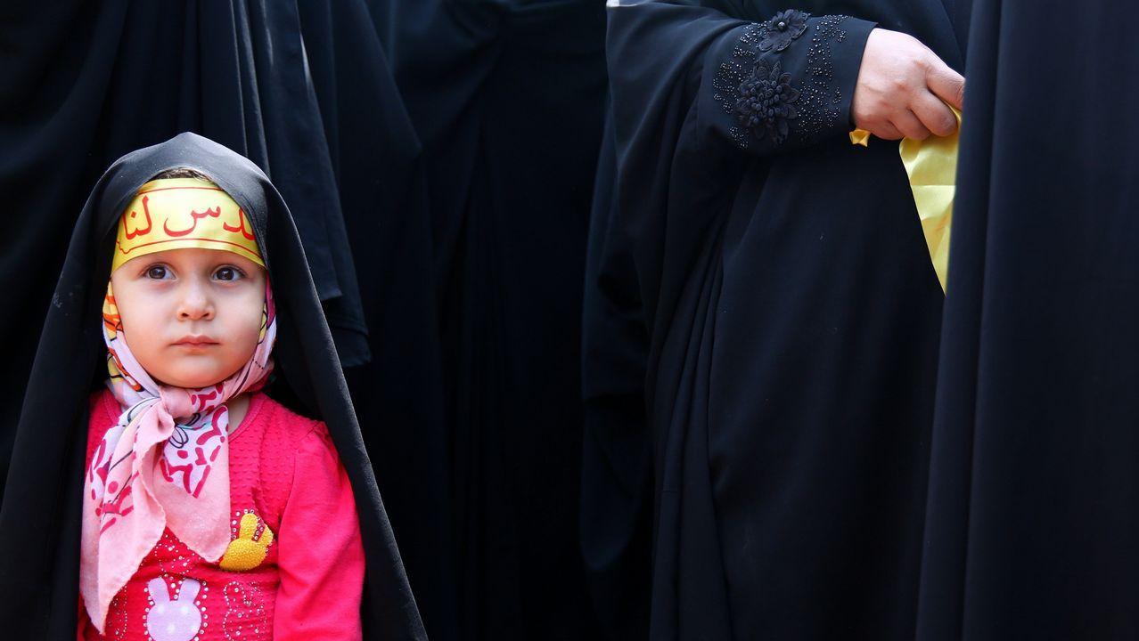 Una niña iraní acompaña a su madre para participar en una protesta contra Israel y Estados Unidos en Teherán