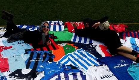 Juan y Damián, los Ghañan Style, con algunas de las camisetas de los equipos de la Costa da Morte.