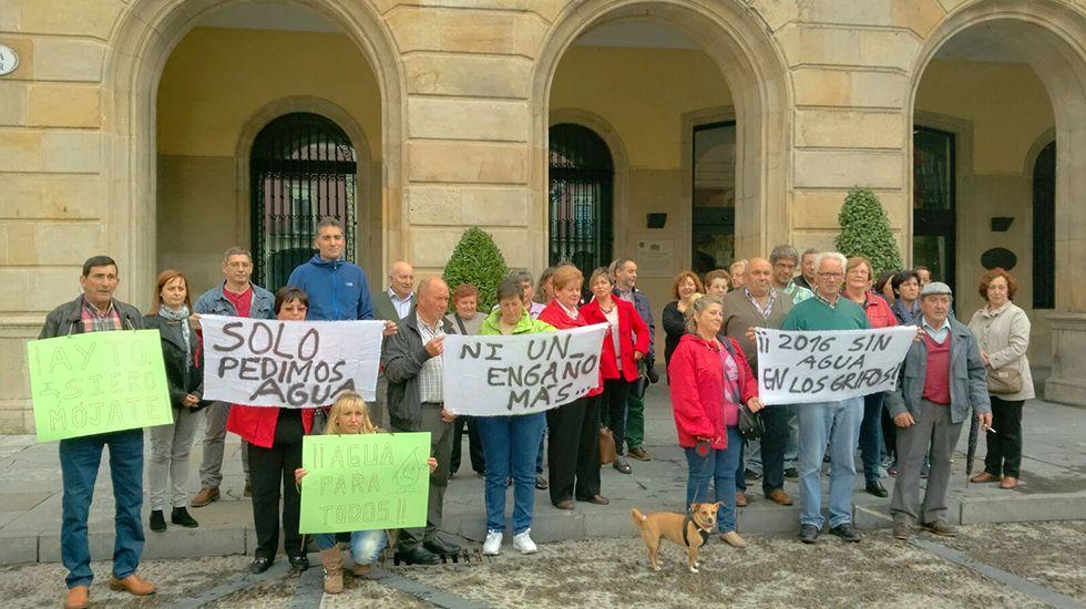 Vecinos de Lavandera y Muñó llevan su protesta al Ayuntamiento de Gijón