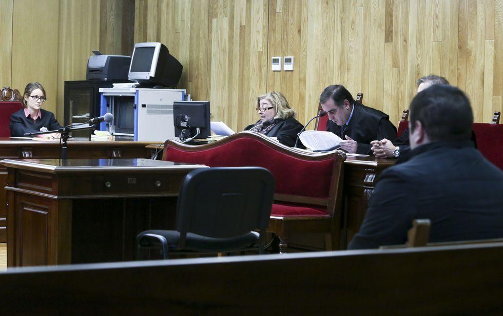 El acusado en el banquillo y su abogado en el juicio celebrado ayer en la Audiencia.