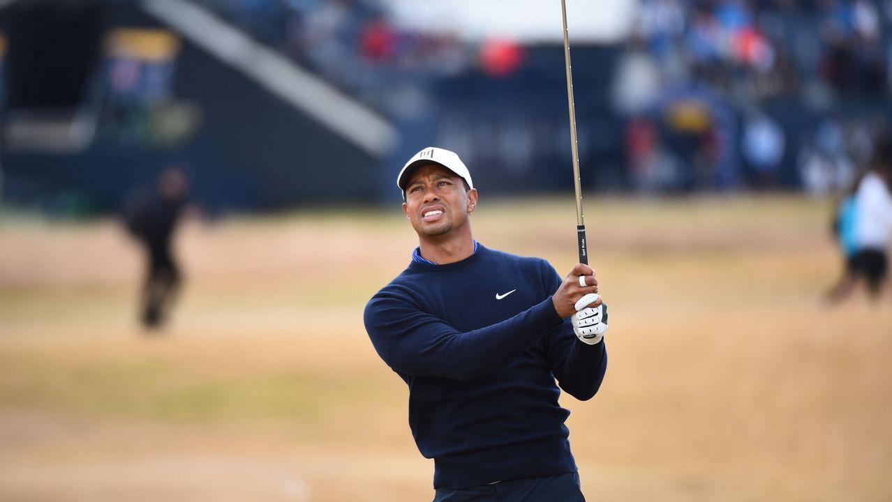 El golfista Tiger Woods golpea la bola en el campeonato de Carnoustie, en Escocia