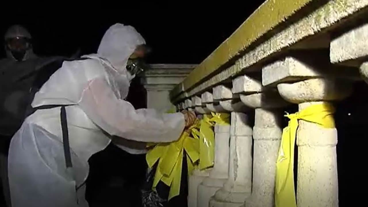 «Brigadas de limpieza» retiran lazos amarillos en varias localidades catalanas