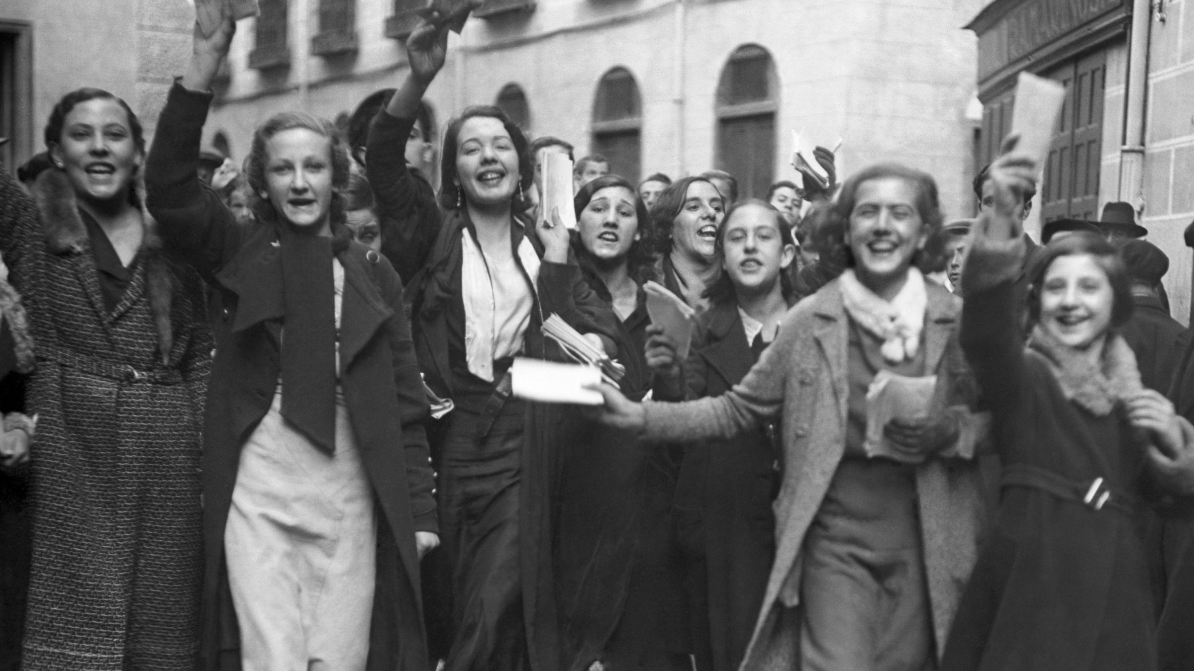Un grupo de mujeres celebran con papeletas en la mano su recién estrenado derecho al voto en 1933