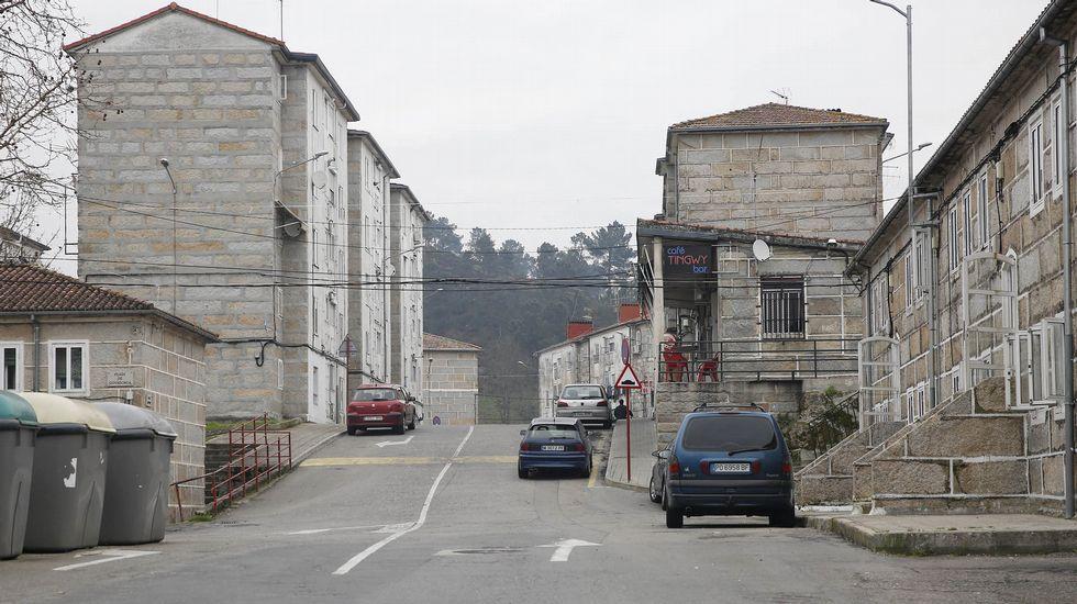 Nieve en Ourense y en Dozón.Pabellón de deportes en construcción junto al monasterio cisterciense de Santa María de Melón.