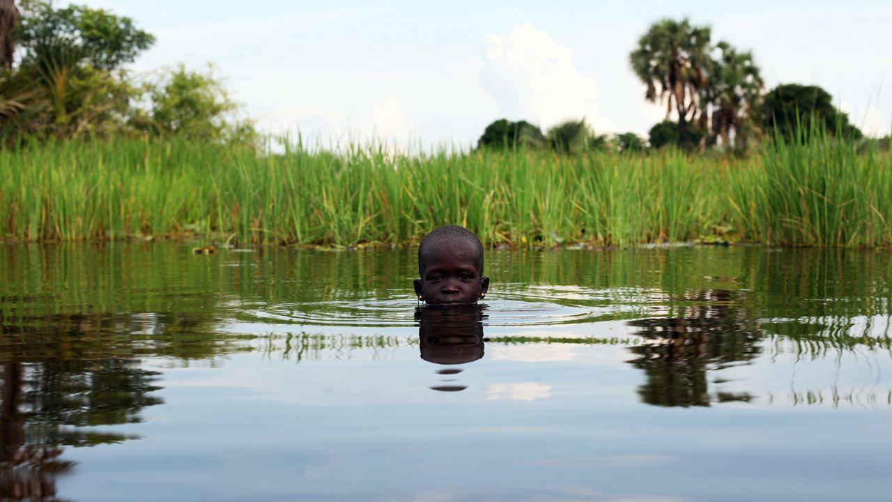 Una niña juega en un río de Sudán del Sur.