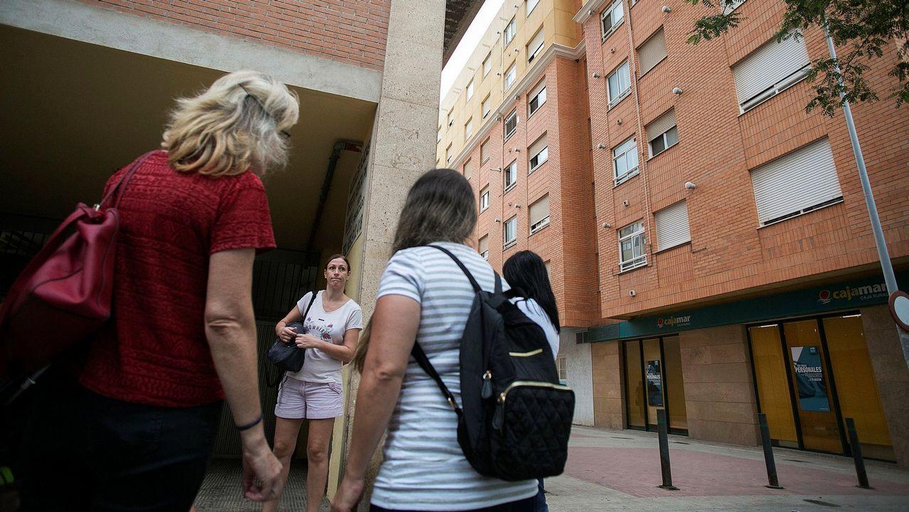 Un grupo de vecinos conversa en el lugar donde dos niñas de 2 y 6 años han sido asesinadas a cuchilladas en la ciudad de Castellón