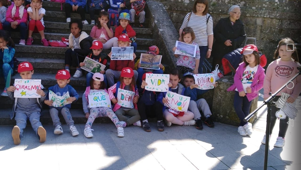 Protesta en los colegios de Rianxo por el incendio.Los alumnos del CRA se concentraron en la plaza Castelao