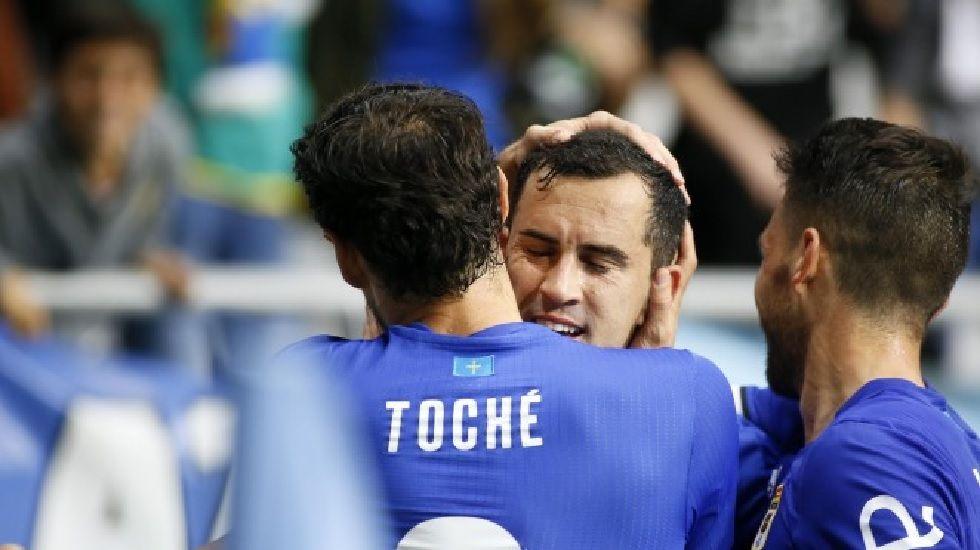 Linares y Toché celebran uno de los goles frente al Tenerife