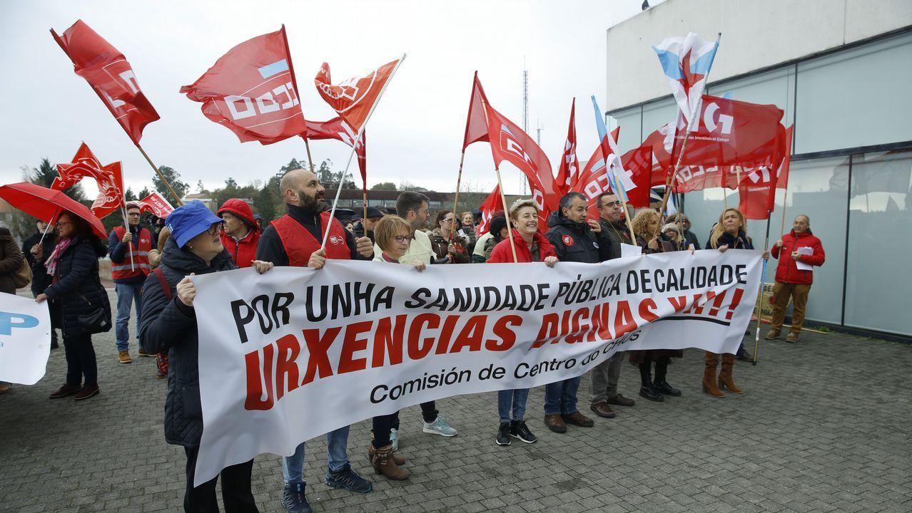 Médicos del Sergas llevan su protesta por la falta de personal a las puertas del Parlamento gallego.Parte de los equipos de la Consellería de Sanidade y de Povisa, en una visita al hospital