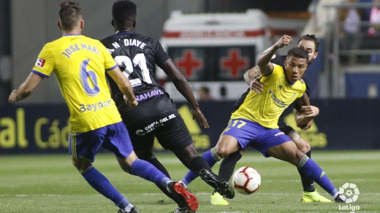 Gol Javi Cueto Izarra Vetusta.Darwin Machís protege un balón ante Cifu en el Cádiz-Málaga