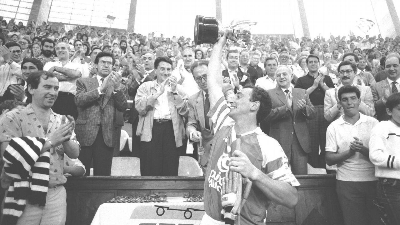 .ALBERTO ARECES LEVANTANDO LA COPA DE EUROPA QUE GANÓ EL LICEO CAIXA GALICIA EN 1988
