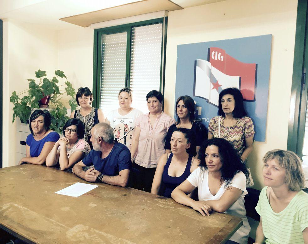 .Extrabajadoras y sindicalistas comparecieron ayer ante la prensa.