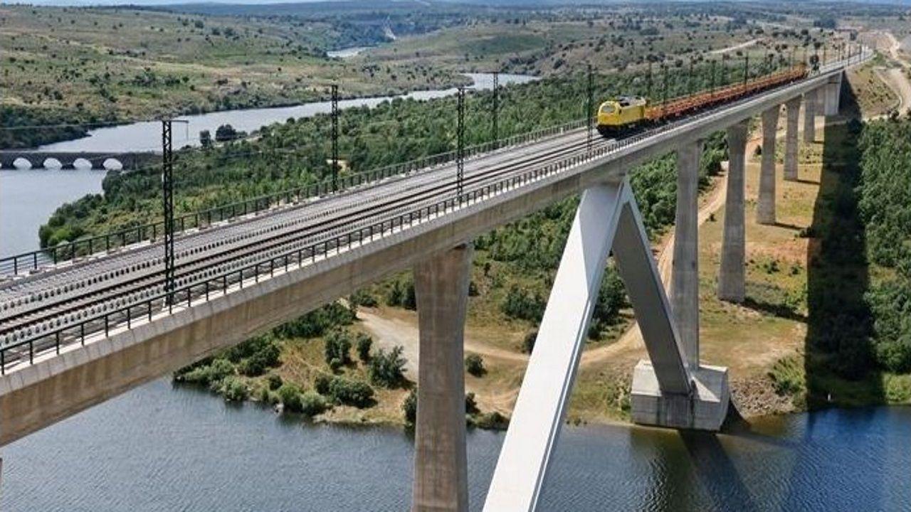 Imagen de las pruebas de carga en el viaducto sobre el río Tera, el más largo del recorrido entre Zamora y Pedralba con 645 metros.