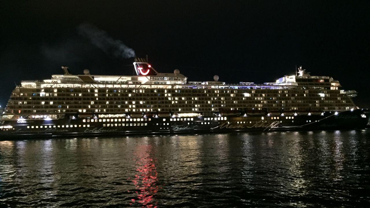 El Mein Schiff 2 New, en A Coruña.Tramo del Camino en territorio portugués