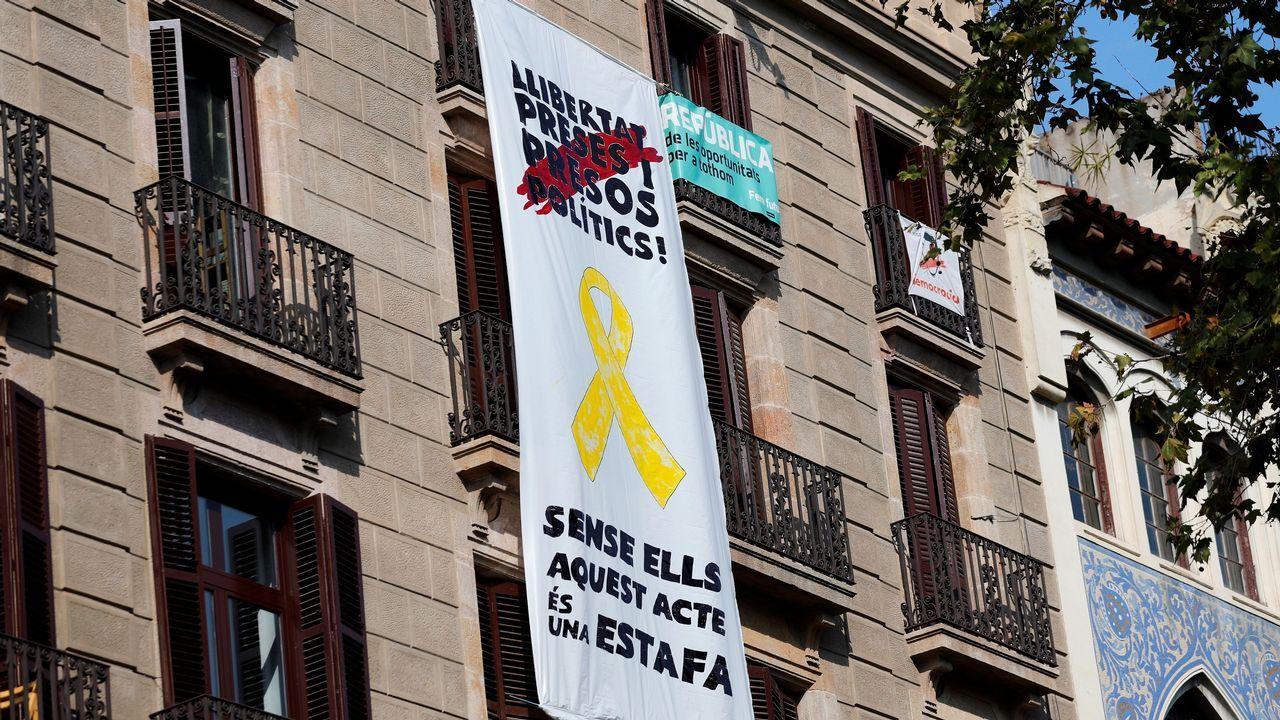.Tercera pancarta en Barcelona con mensaje sobre los políticos presos