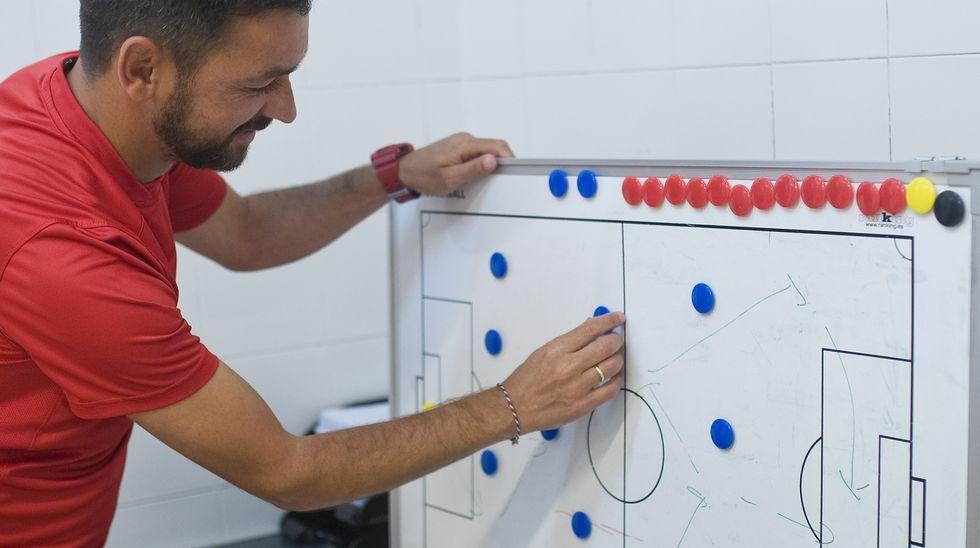 Míchel Alonso, dispone a sus jugadores en la pizarra del vestuario de A Malata