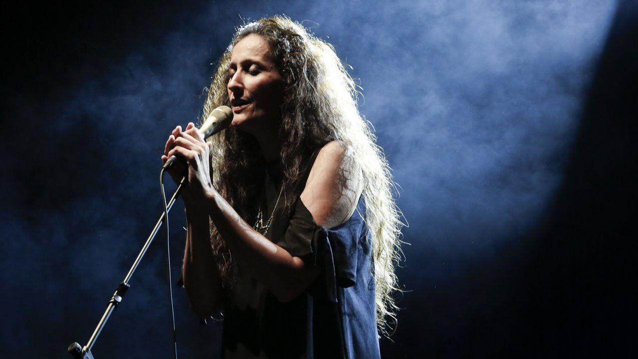 Mariella Devia agradece el calor (y la lluvia de pétalos) del público coruñés al término de su actuación del 23 de septiembre del 2017, interpretación que ahora reconocen los premios Ópera XXI