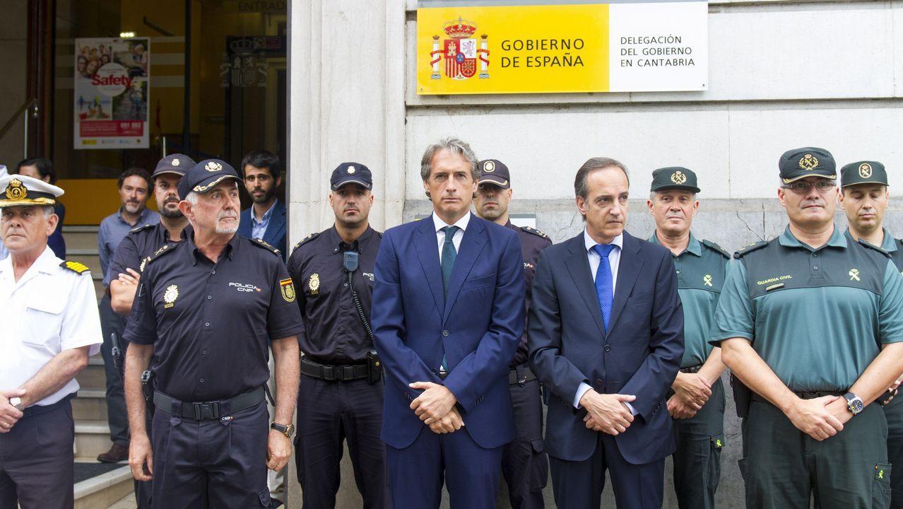 .El Ministro de Fomento, Íñigo de la Serna, hoy en la concentración silenciosa en la Delegación del Gobierno de Cantrabria en Santander