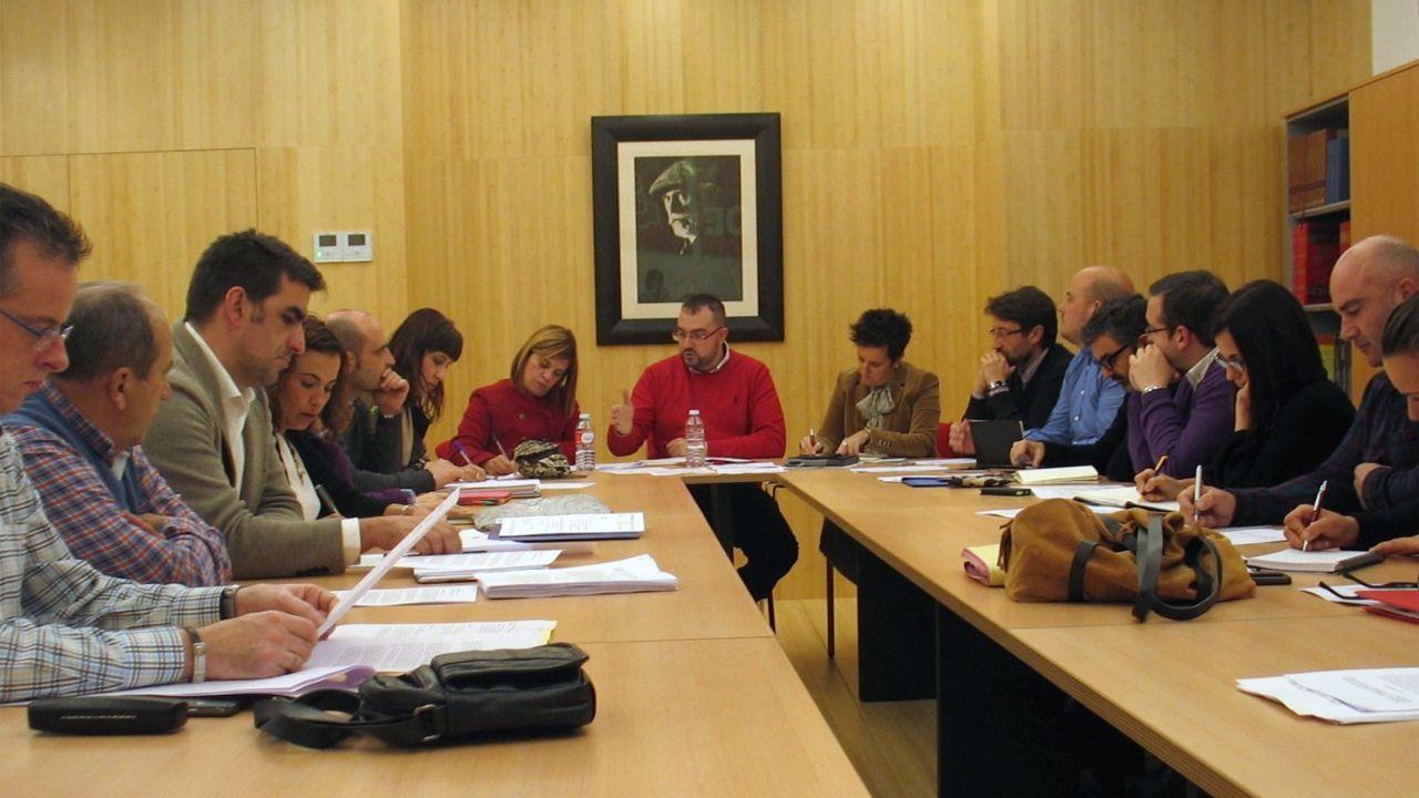 La Navidad ilumina las calles de Oviedo.Adrián Barbón preside una ejecutiva de la FSA