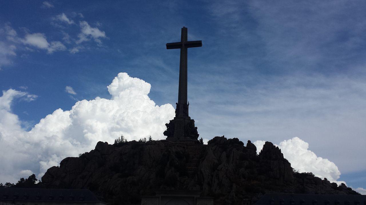 El gran desfile de Verín no defrauda.Cruz del Valle de los Caidos, en la sierra de Guadarrama de Madrid