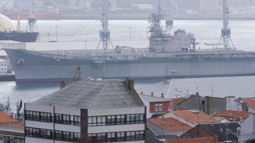Besos, abrazos y una petición de matrimonio en el Arsenal de Ferrol.Mariscadores a flote en el banco de As Pías
