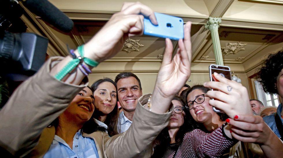 Un Cristo mujer y con los pechos al aire causa sorpresa enPoio.Acto del candidato del PSOE Pedro Sanchez en Pontevedra