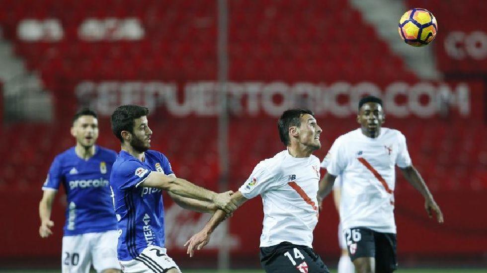 Nando disputa un balón ante el Sevilla Atlético