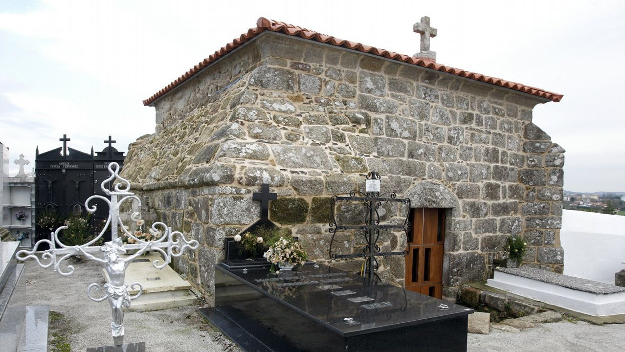 Iglesia y capilla gótica de Serantes. En los primeros compases aparece la parroquia del antiguo ayuntamiento de Serantes, con su histórica capilla, sencilla pero única en la zona en su género de gótico tardío